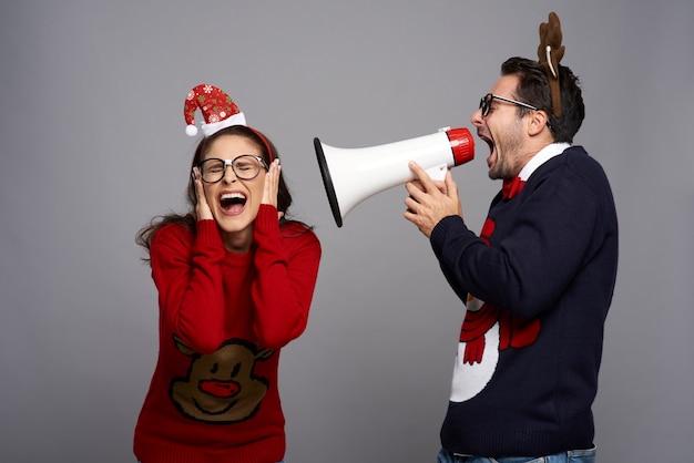 Homem nerd anunciando a época do natal