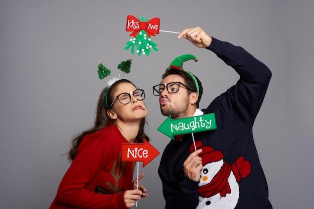 Homem nerd beijando mulher enojada