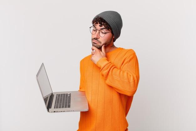 Homem nerd com computador pensando, sentindo-se duvidoso e confuso, com diferentes opções, imaginando qual decisão tomar