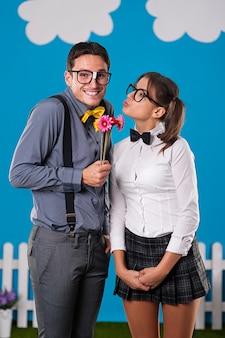 Homem nerd dando flores para a namorada