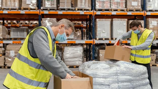 Homem no armazém trabalhando com pacotes