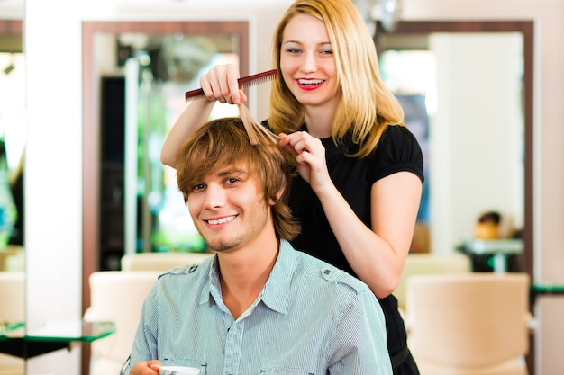 Homem no cabeleireiro