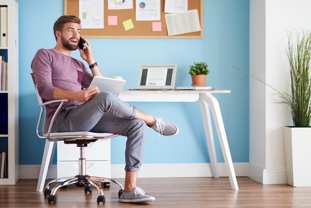 Homem no escritório doméstico