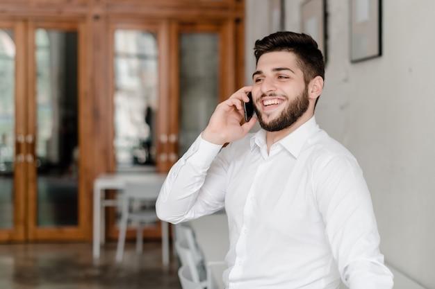 Homem no escritório fala ao telefone