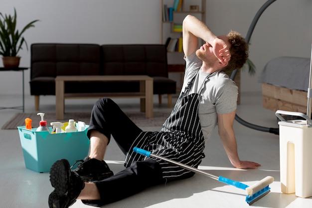 Homem no intervalo de chicotear chão