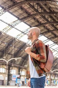 Homem no metrô esperando metrô