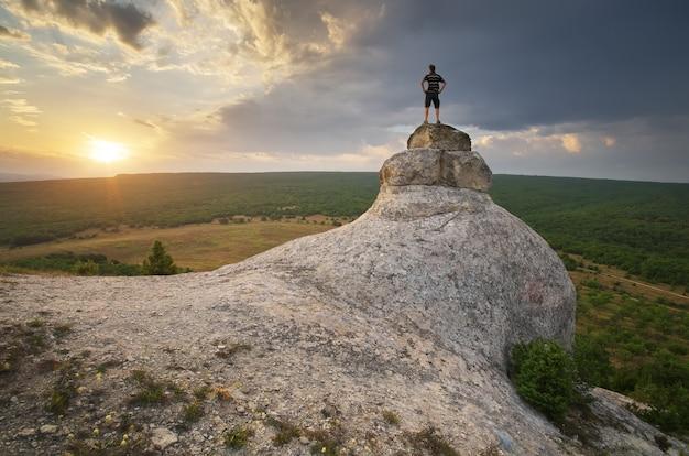 Homem no pico da montanha