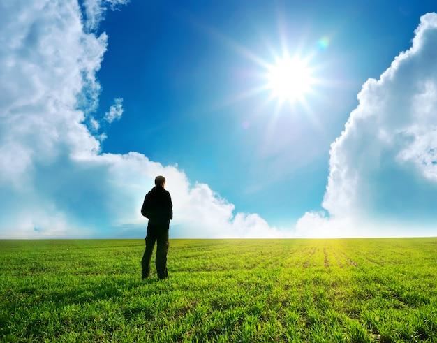 Homem no prado verde