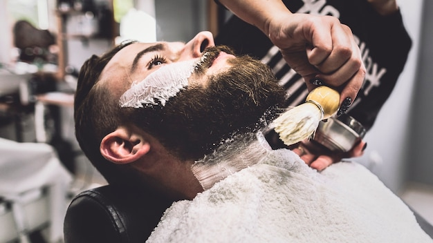 Homem no procedimento de barbear