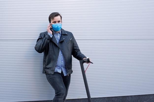 Homem no respirador de máscara protetora na scooter elétrica, surto de doença viral coronavírus covid-2019