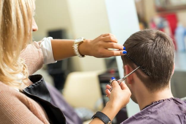 Homem no salão de cabeleireiro