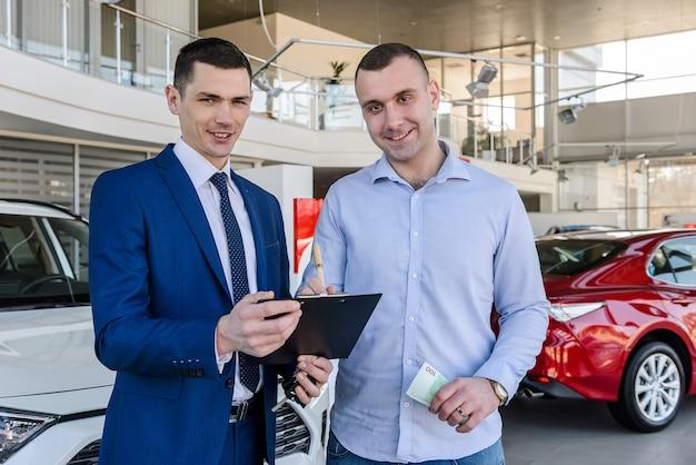 Homem no showroom assinando contrato sobre compra de carro
