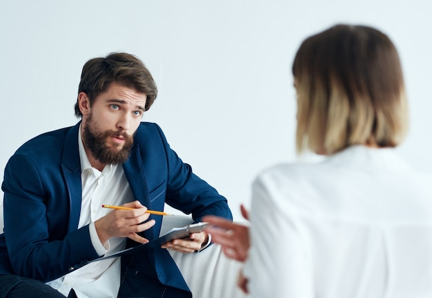 Homem no sofá e mulher comunicação com a equipe de finanças de negócios