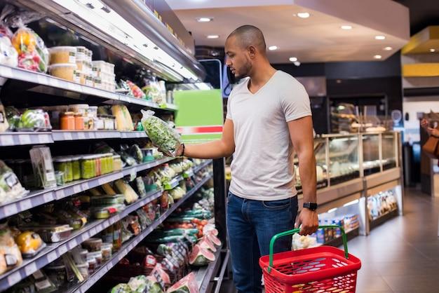 Homem no supermercado