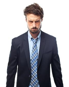 Homem no terno com cara de brava