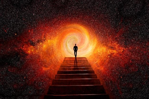 Homem no topo da escada