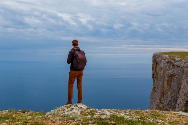 Homem no topo da montanha. design conceptual.