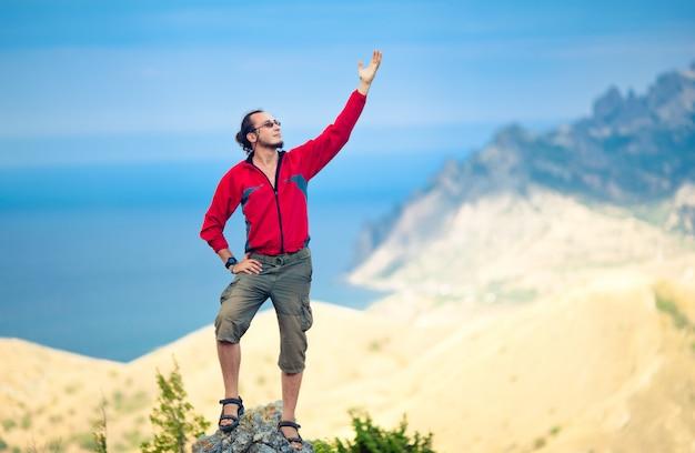 Homem no topo da montanha