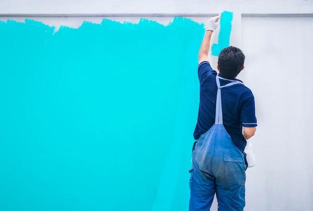 Homem, no trabalho, com, um, pintar rolo, pintado, paredes, pintura, cor