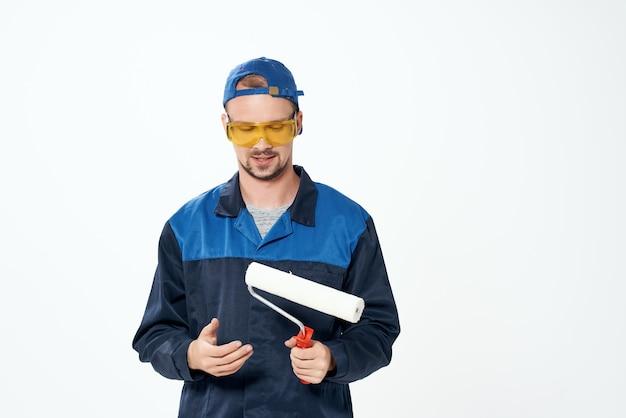 Homem no trabalho, serviço de conserto de pintura de parede de uniforme