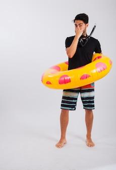Homem no verão usa conceito de mergulho
