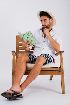 Homem no verão usa leitura de um livro