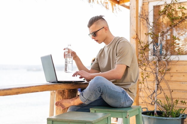 Homem nômade completo trabalhando do lado de fora