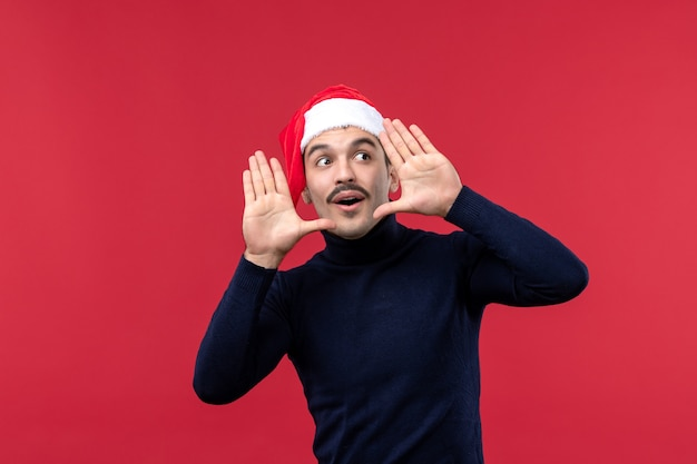 Homem normal de vista frontal com rosto animado em fundo vermelho