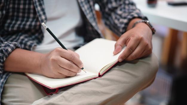 Homem, notas levando, ligado, um, caderno
