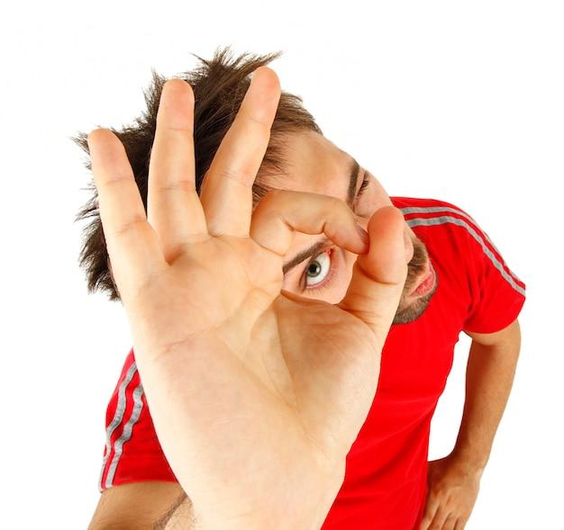 Homem novo com t-shirt vermelho, conceito aprovado.