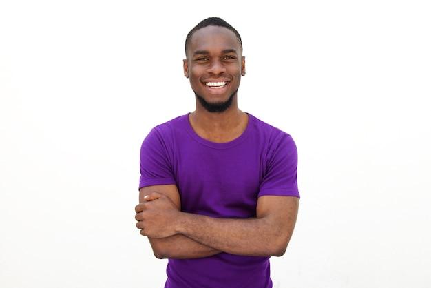 Homem novo de sorriso no t-shirt roxo