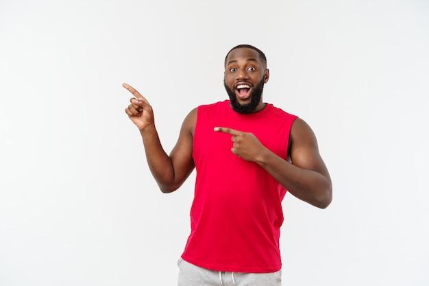 Homem novo do esporte preto sobre uma surpresa do greyvery.