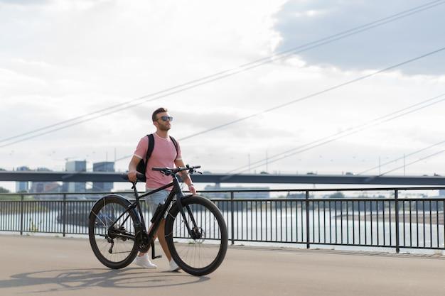 Homem novo dos esportes em uma bicicleta em uma cidade européia. esportes em ambientes urbanos.
