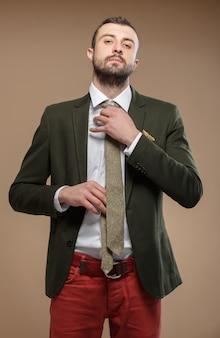 Homem novo em um terno verde com um laço