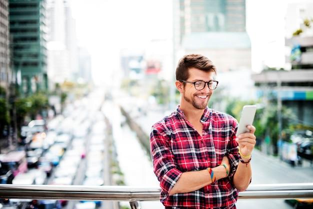 Homem novo que navega fora o conceito de smartphone