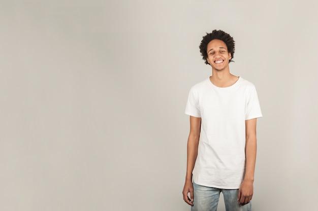 Homem novo que sorri