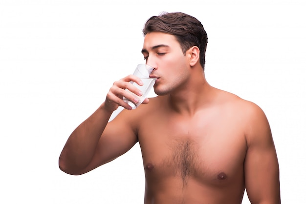 Homem nu bebendo água isolado no branco