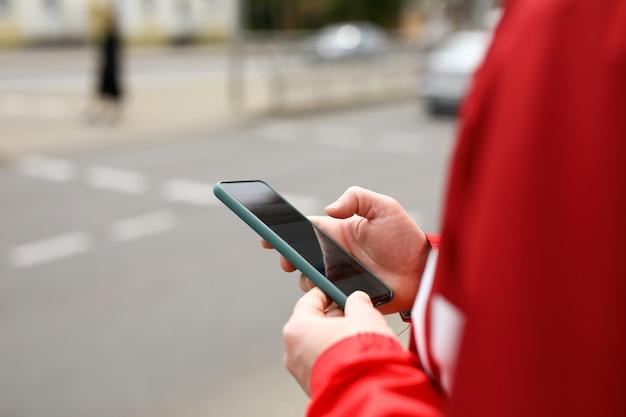 Homem numa encruzilhada com o telefone nas mãos Foto Premium
