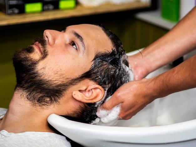 Homem, obtendo, cabelo, lave
