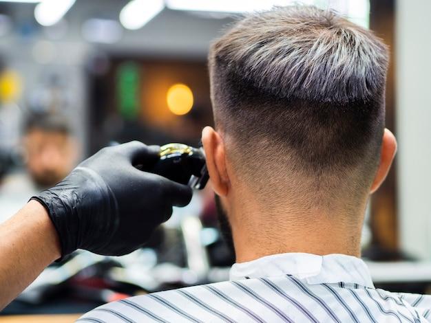 Homem, obtendo, novo, corte cabelo, atrás de