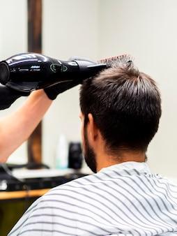 Homem, obtendo, seu, cabelo, secado, com, um, secador
