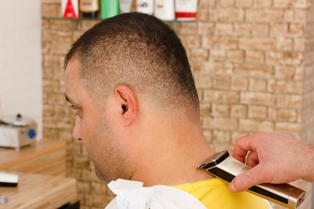 Homem, obtendo, shortinho, hait, aparando, em, um, barbeiro, loja, com, clipper, máquina