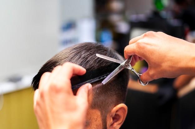 Homem, obtendo, um, corte cabelo, com, tesouras