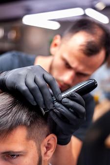 Homem, obtendo, um, corte cabelo, com, turvo, hairstylist