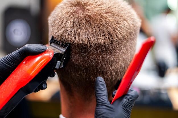 Homem, obtendo, um, corte cabelo, com, vermelho, aparador