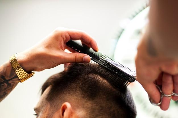 Homem, obtendo, um, corte cabelo, vista baixa