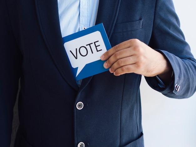 Homem, obtendo, um, votando, cartão, de, seu, casaco