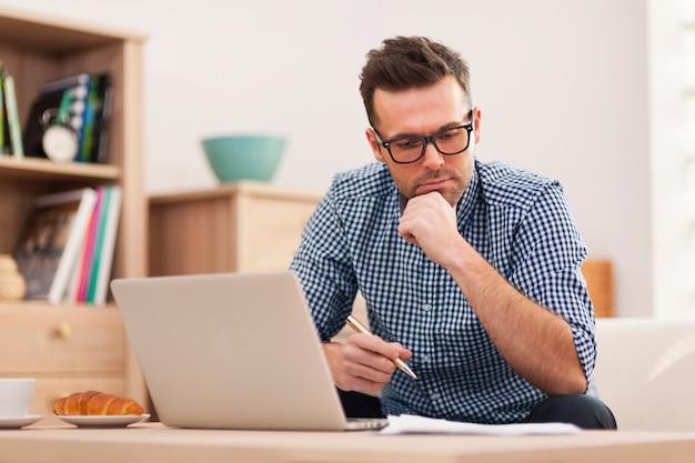 Homem ocupado trabalhando em casa