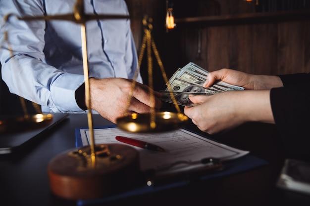 Homem oferecendo lote de notas de cem dólares. mãos fechadas