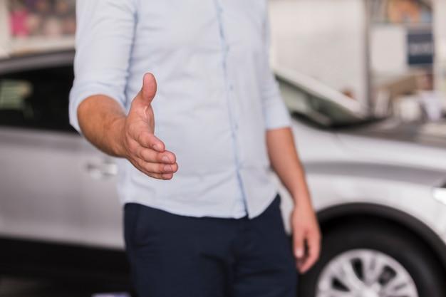 Homem oferecendo sua mão para apertar